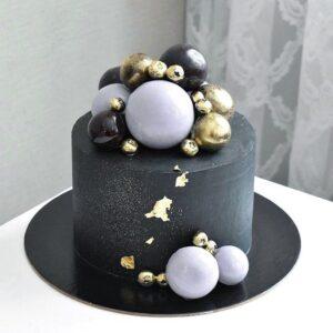 Чорний торт з їстівними кульками