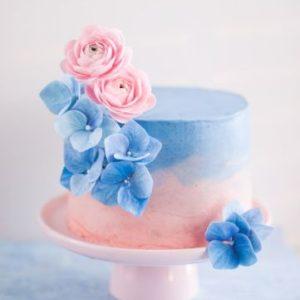 Рожево-блакитний тортик з мастичними квітами