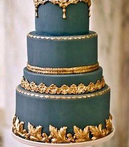 Трехэтажный квадратный торт с разноцветной окантовкой