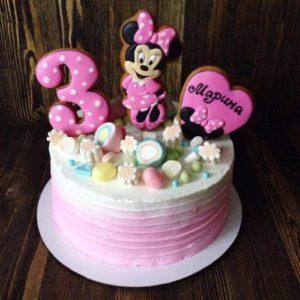 Тортик украшенный сладостями и Минни Маусом