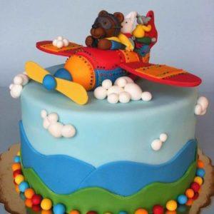 Торт-небо с мастичным самолетом и фигурками героев мультфильма