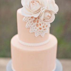 Нежно розовый торт украшенный цветами с мастики