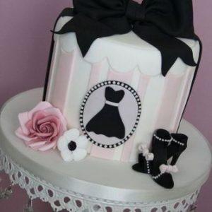 Стильный торт украшенный чёрным огромным бантом