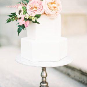 Чисто белый воздушный тортик с цветами