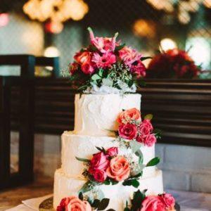 Кремовый торт украшеный живыми цветами