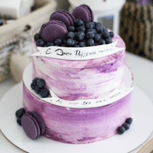 Фиолетовый торт с макарунами и черникой