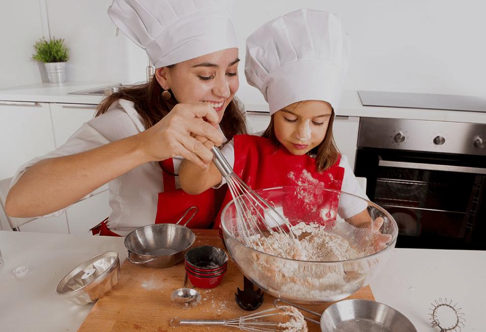 Женщина готовит торт с ребенком