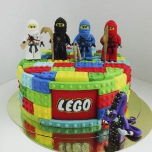 Торт который составлен из мастичного лего с фигурками Lego Ninjago