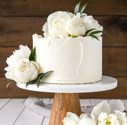 Свадебный торт украшенный съедобными цветами