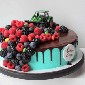 Торт с фигуркой трактора