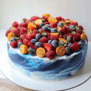 Торт без мастики прикрашений ягодами