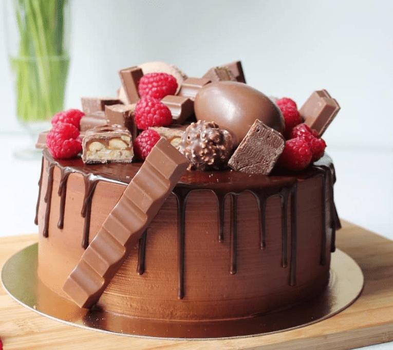 Торт украшенный изделиями Киндер