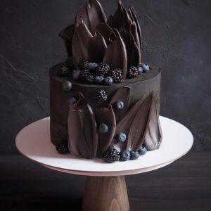 Шоколадний торт з ягодами