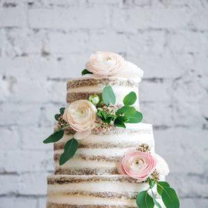 Трехъярусный открытый торт с живыми цветами